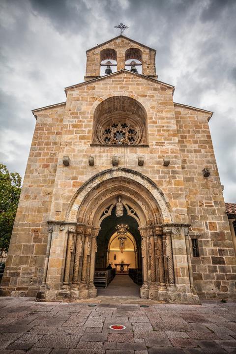 Fachada principal de Santa María de la Oliva